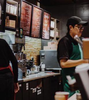 咖啡师在咖啡馆完成订单